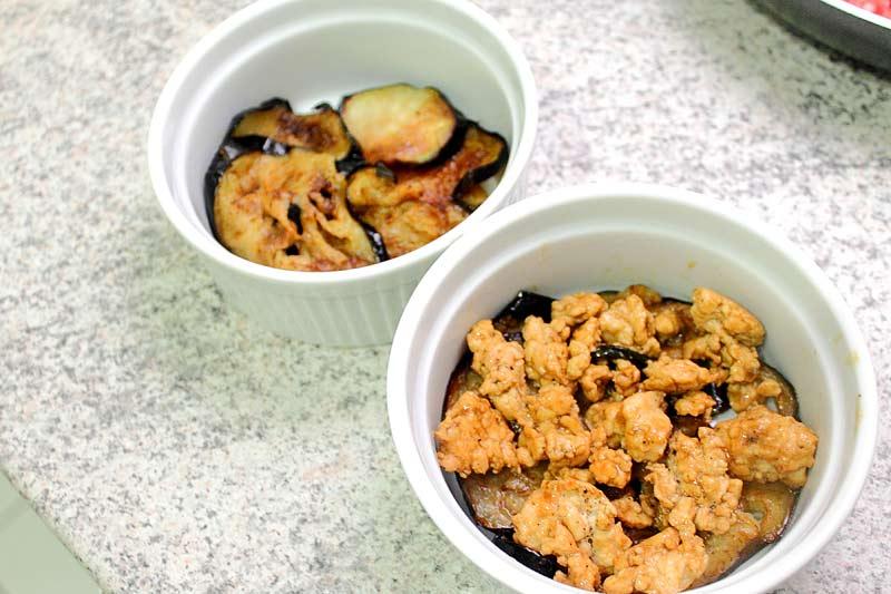Auberginen-mit-Huehnchen-in-Sake-Marinade-schichten