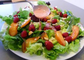 Salat mit Macadamia und Früchten