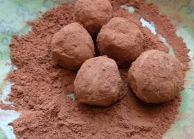 Haselnuss-Mandel-Kugeln mit Kakao umhüllt