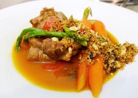 Lammhaxe mit Orangen-Nuss-Gremolata