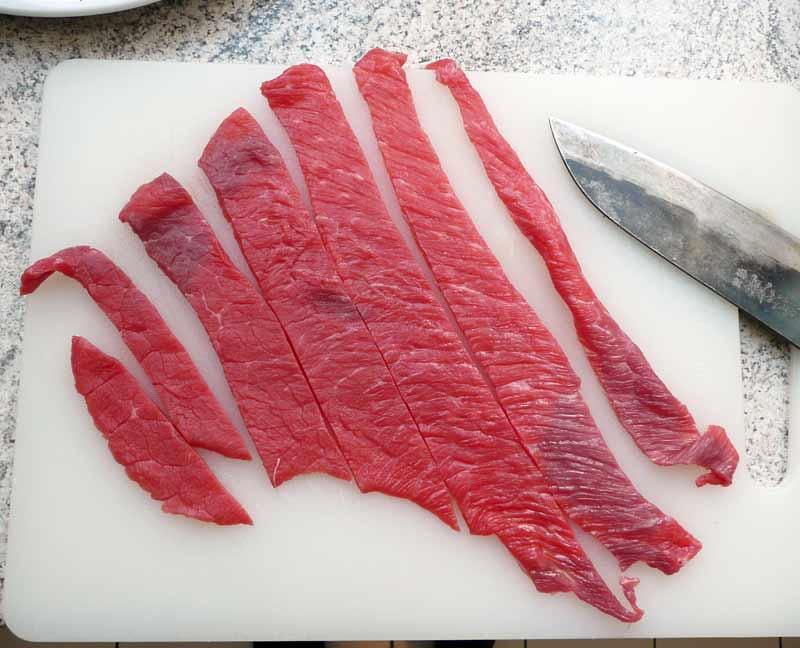 trockenfleisch-in-streifen-schneiden