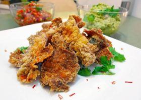 Fisch-Chips mit Salsa und Avocado-Dipp