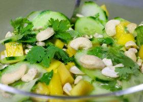 Gurke-Mango-Salat mit Cashewnüssen und Koriander