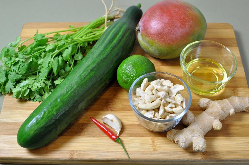 Gurkensalat-mit-Mango-und-Koriander-Zutaten