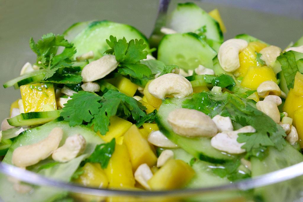 Gurkensalat-mit-Mango-und-Koriander