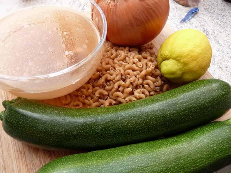 Zucchinisuppe-mit-Nudeln-und-Joghurt-Zutaten