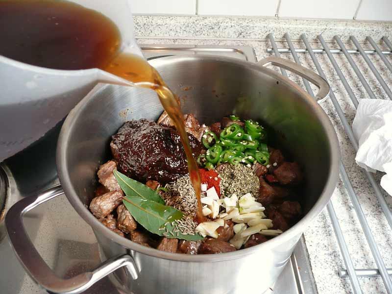 chili-con-carne-texas-style-zutaten-im-topf
