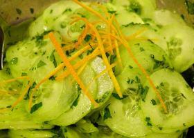 Gurkensalat mit Orangenblütenwasser und Minze