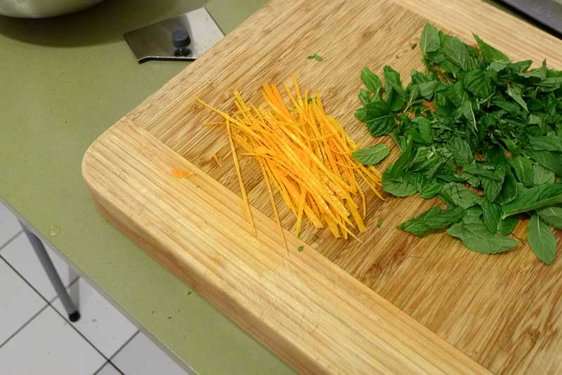 marokkanischer-Gurkensalat-Gurke-und-Minze-Orangen-Streifen
