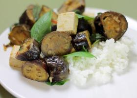 Auberginen mit Tofu und Thai-Basilikum