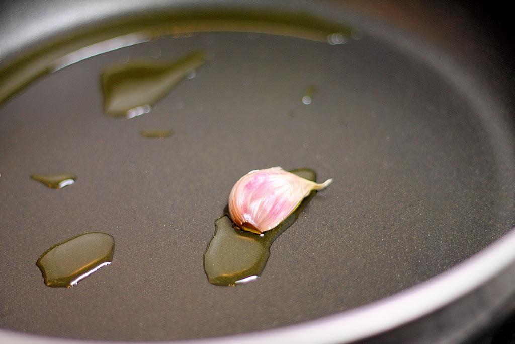 Champignons-Jahrmarkt-Style-Knoblauch-in-der-Pfanne-in-Olivenoel