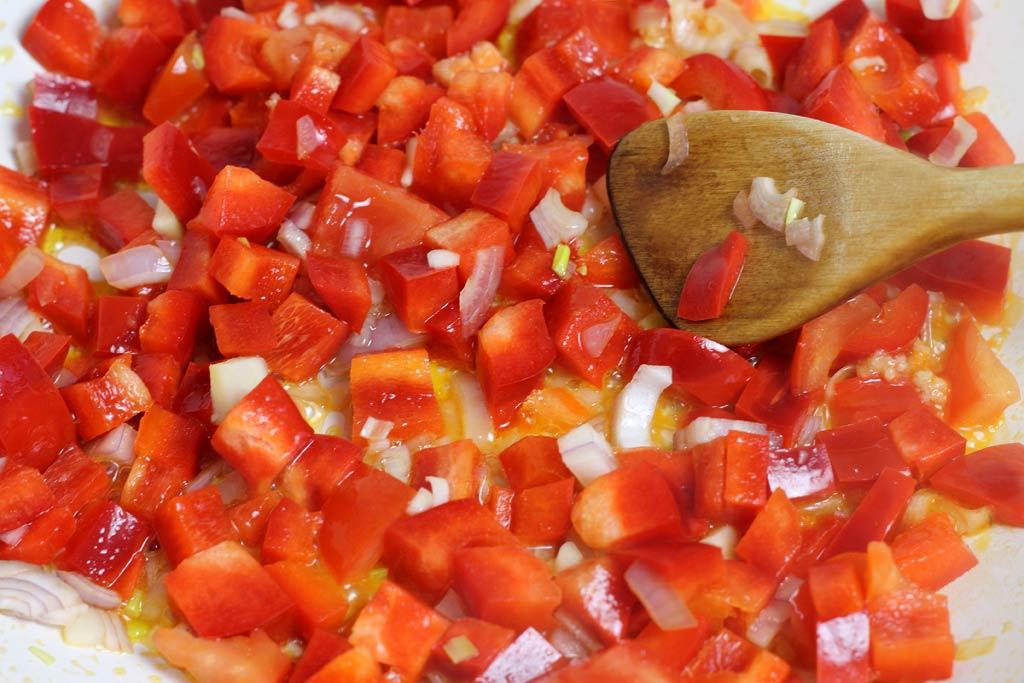 Kuerbis-mit-Tomaten-Paprika-Sosse-und-Lachs-Sosse-vorbereiten