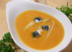 Karottensuppe mit Spargel und Ziegenkäse
