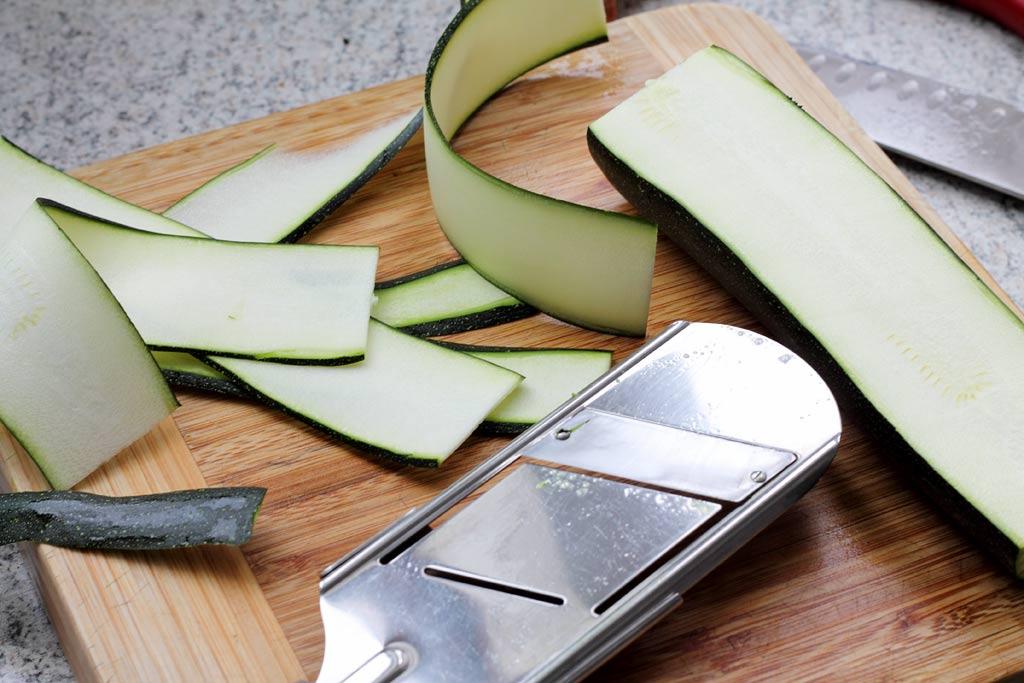 Zucchini-mit-Erdnuss-Sosse-in-Streifen-schneiden