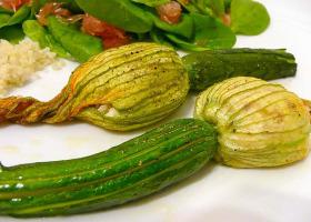 Zucchiniblüten – gefüllt mit würzigem Ricotta