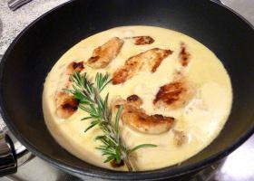 Gebratene Hühnerbrust in Senf-Rosmarin-Soße