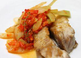 Gebratener Fisch und Gemüse mit Orangen-Weißwein-Aroma