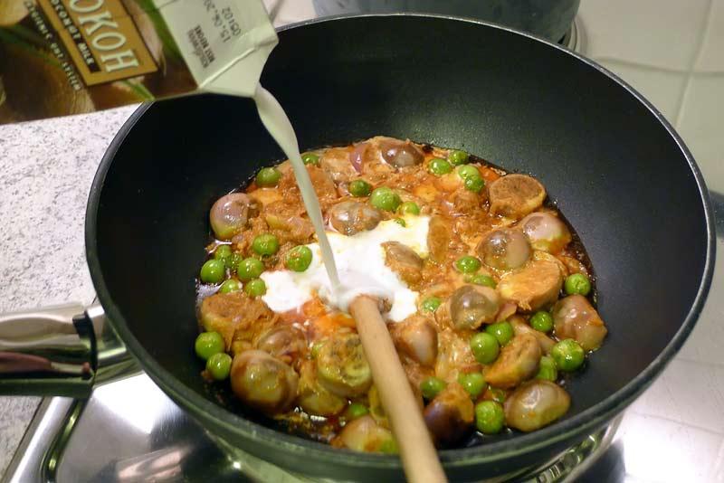 thai-curry-fuer-kokosmilch-dazugeben