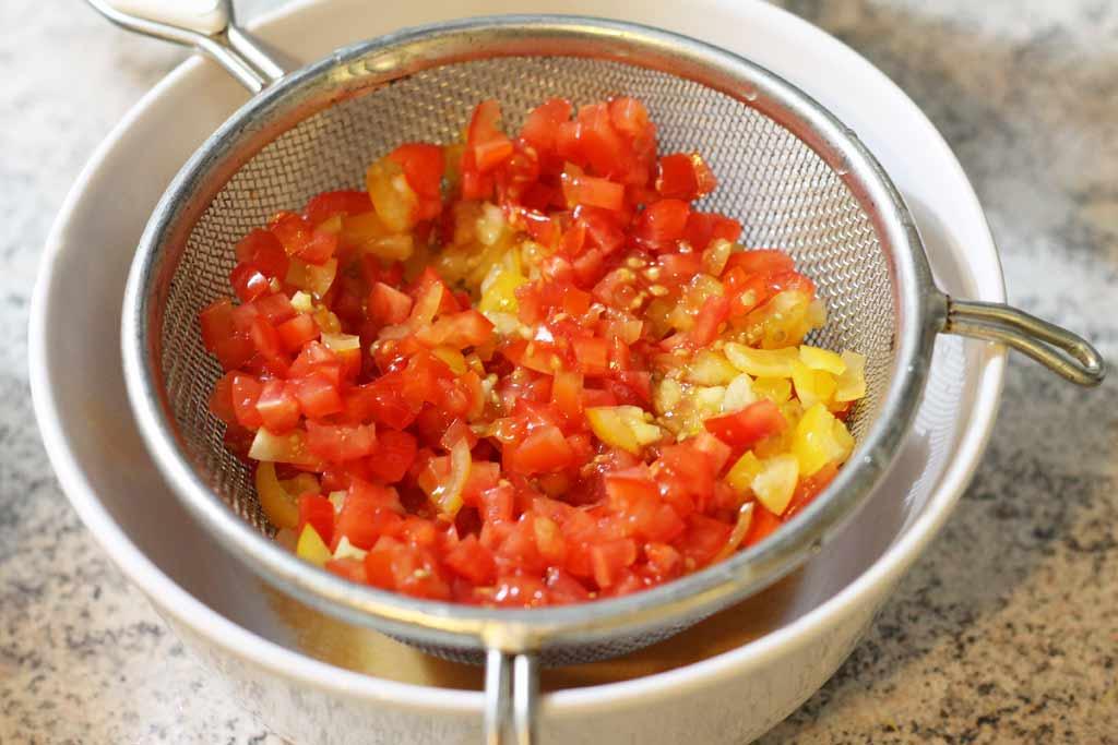 Bratlinge-vom-Rind-mit-topinamburchips-Tomaten-abtropfen-lassen