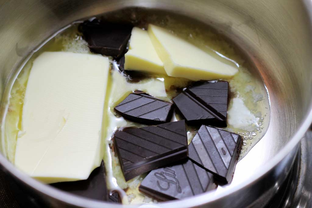 Low-Carb-Brownies-Schokolade-und-Butter-schmelzen