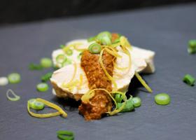 Gedämpftes Sake-Huhn mit Sesamsoße