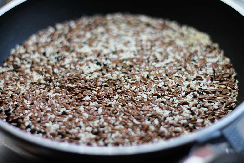 Knaeckebrot-aus-Samen-und-Koerner-Leinsamen-roesten