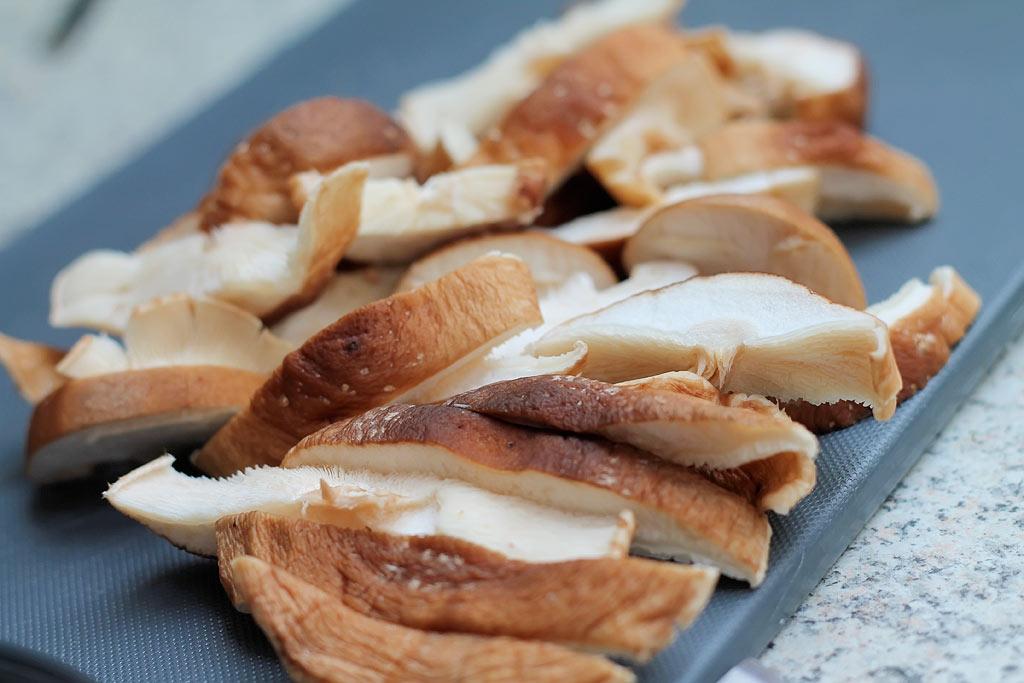 Gebackener-Porree-mit-Shitale,-Sake-und-Muscheln-Shitake-geschnitten