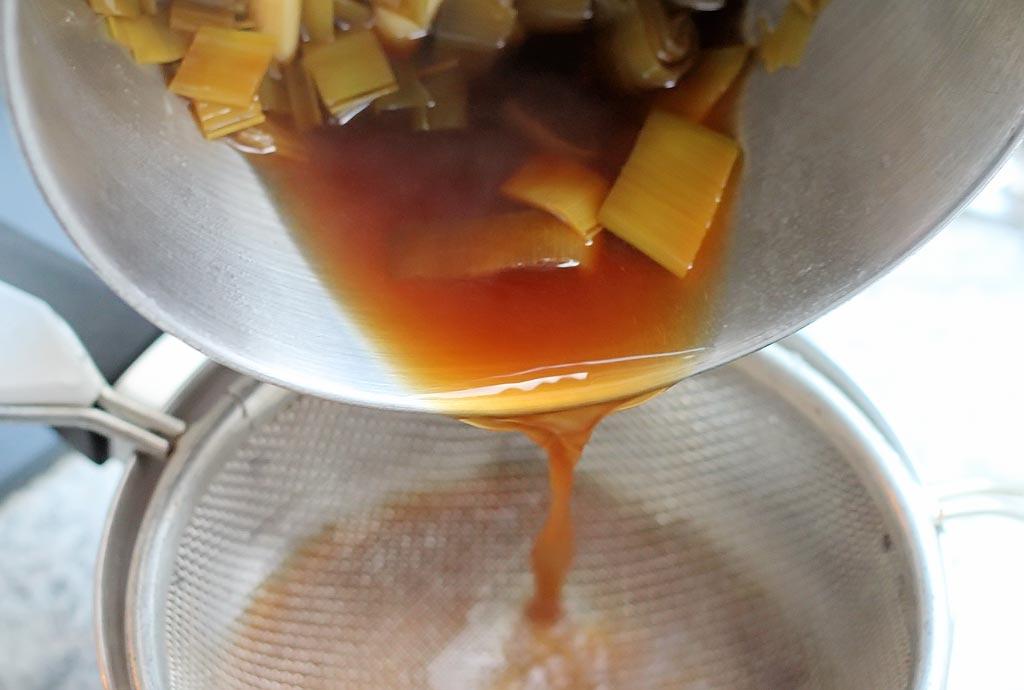 Gebackener-Porree-mit-Shitale,-Sake-und-Muscheln-Sosse-abgießen