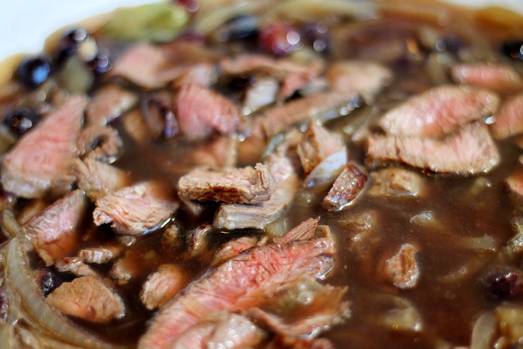 Rindfleischsuppe-mit-Zwiebeln-und-Heidelbeeren-fertig-gegart