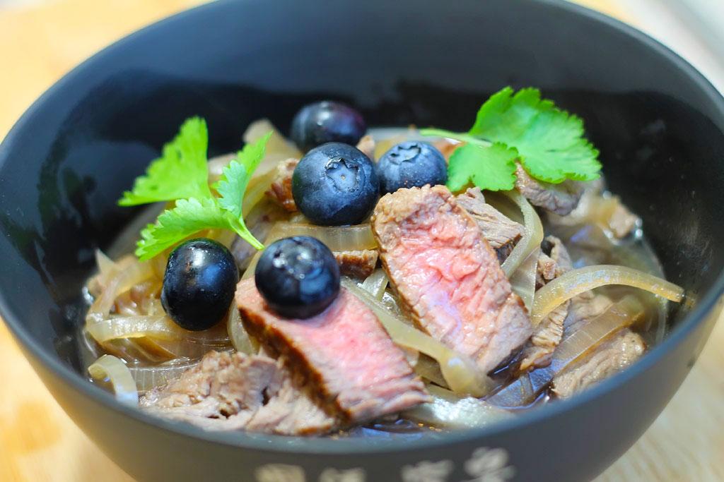 Rindfleischsuppe-mit-Zwiebeln-und-Heidelbeeren2