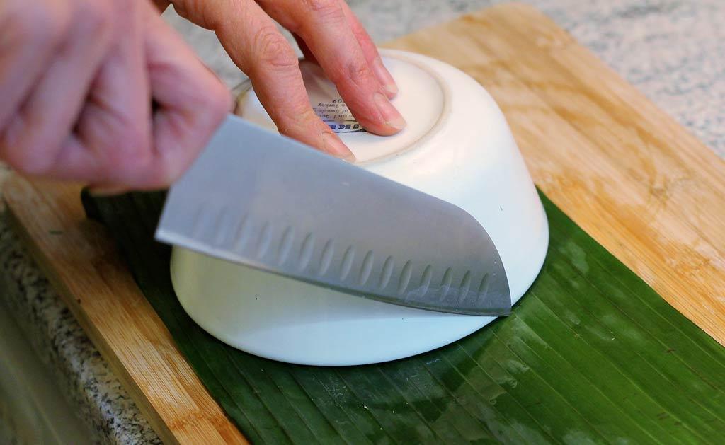 Hor-Mok-Bananen-Blaetter-zuschneiden