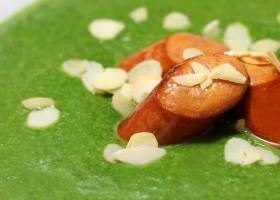 Spinat-Mandel-Suppe mit gebratenen Würstchen