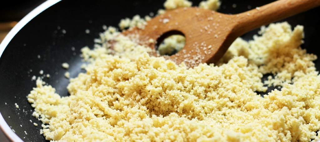 Spinat-Mandel-Suppe-mit-gebratenen-Wuerstchen-Mandeln-anbraten