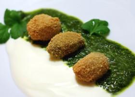 Oliven in Mandelpanade mit Joghurt und Kräutersoße