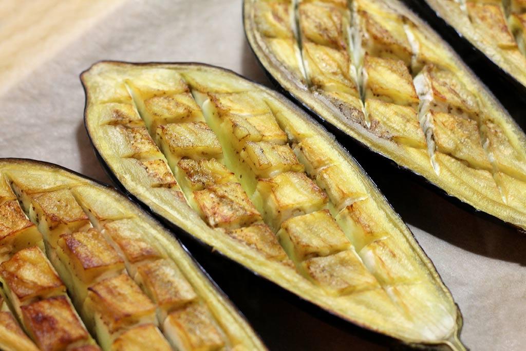 Auberginen-mit-Hackfleisch-eingeschnittene-Auberginen