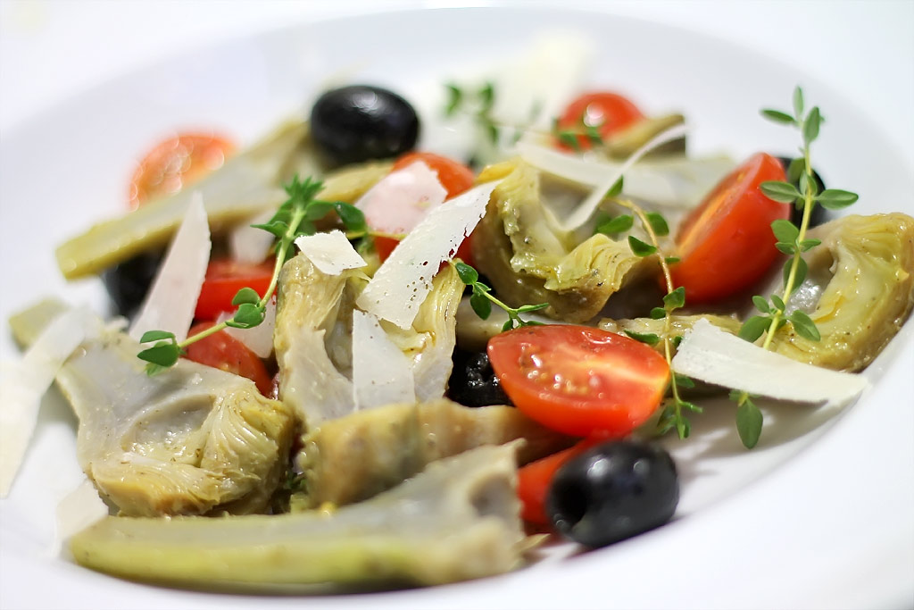 Artischockensalat-mit-Oliven-und-Tomaten