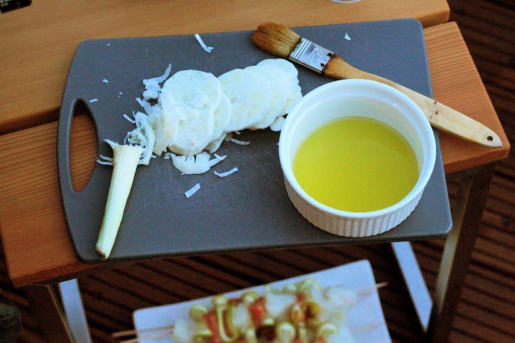 Fischspiesse-mit-Zitrone-Oel-und-frischer-Knoblauch