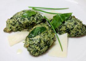 Spinat-Gnudi mit Salbeibutter und Parmesankäse