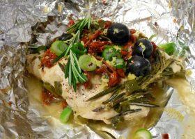 Zitronen-Hühnerbrust mit Rosmarin und Oliven in Folie gedämpft