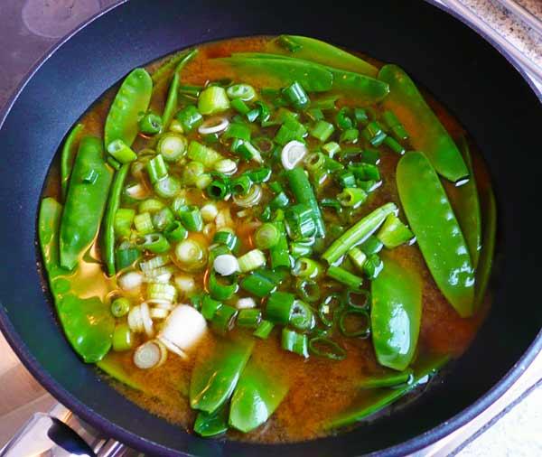 miso-suppe-zutaten-in-topf
