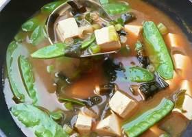 Misosuppe mit Tofu und Wakame