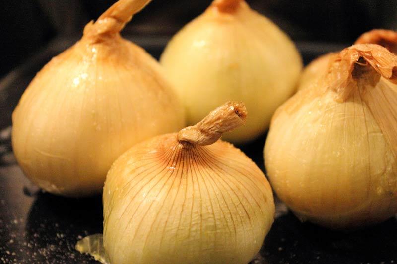 Gebackene-Zwiebeln-mit-Speck-und-Sauerrahm-Zwiebeln-vorbereiten
