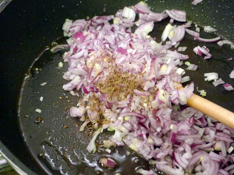 Putengulasch-mit-Kuerbis-Zwiebeln-und-Knofi-anbraten