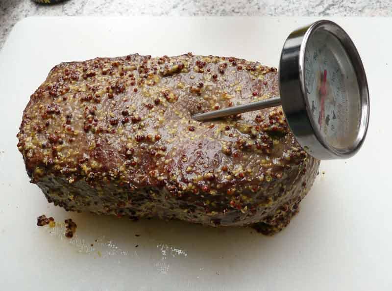 Roastbeef-Fleisch-gewürzt-und-Thermometer