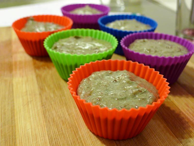 Rotweinmuffins-mit-Speck-und-Salbei-in-Formen-gefuellt