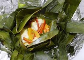Würziger Fisch im Bananenblatt