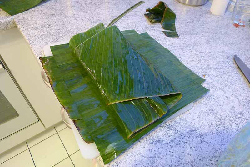 fisch-im-bananenblatt-einwickeln