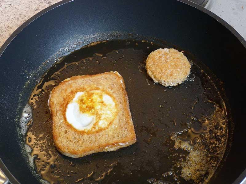 Egg-in-Basket-Ei-eingefuellt-fertig-gebraten