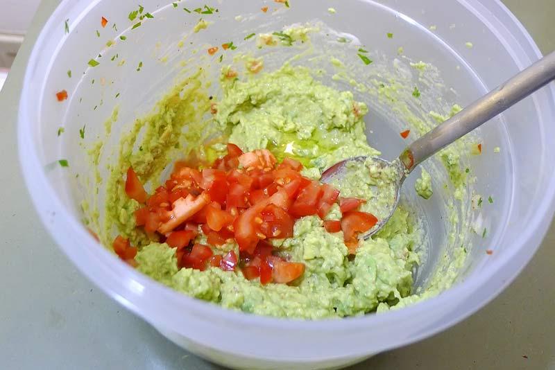 Fisch-Chips-Avocado-mit-Tomate1