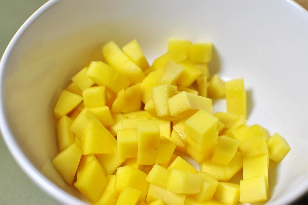 Gurkensalat-mit-Mango-und-Koriander-gewuerfelte-Mango